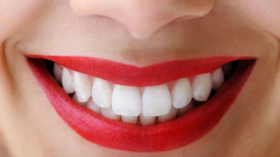 Ab dem 40. Lebensjahr ist die Parodontitis die häufigste Ursache für den Zahnverlust. Wissenschaftliche Untersuchungen zeigen, dass mehr als 80 % aller Patienten eine mehr oder minder starke Form der Parodontitis zeigen. Der informierte Patient weiß, dass er durch regelmäßige Zahnarztbesuche, eine optimierte häusliche Zahnpflege und durch geeignete Prophylaxemaßnahmen einem Zahnverlust rechtzeitig vorbeugen kann. Eine erst vor kurzem, von einer zahnärztlich unabhängigen Institution, durchgeführte Studie zeigt deutlich, dass der Bedarf an Zahnersatz mindestens bis zum Jahre 2020 nicht zurückgehen wird. Die Gründe sind nicht nur in der bekannten Altersentwicklung der Bevölkerung zu sehen, sondern auch darin, dass selbst beim Rückgang der Karies der Zahnverlust, der durch Parodontitis bedingt ist, nach wie vor bestehen bleibt, und dass Versorgungsformen durch das höhere Durchschnittsalter der Bevölkerung komplexer und schwieriger werden, gleichzeitig aber auch das Anspruchsverhalten der Patienten bezüglich festsitzender Versorgungsformen mit hohem Komfort und verbesserter Ästhetik zunehmen wird. Auch die Zunahme vieler Allgemeinerkrankungen, insbesondere Diabetes, wird zu verstärkten Zahnverlusten führen.